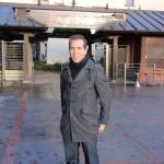 Dennis Thering vor dem neuen Haupteingang