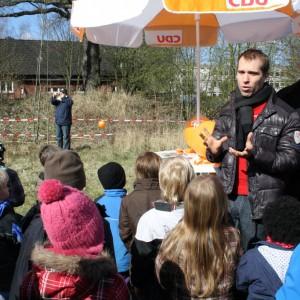 Dennis Thering bei der Ansprache an die Kinder und Eltern