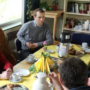 Dennis Thering im Gespräch mit Vereinsmitgliedern