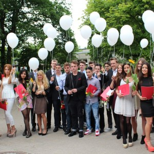 Glückliche Abiturientinnen und Abituriente