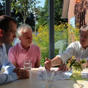 Dennis Thering, Heinz Seier und Pastor Schoeneberg im Gespräch