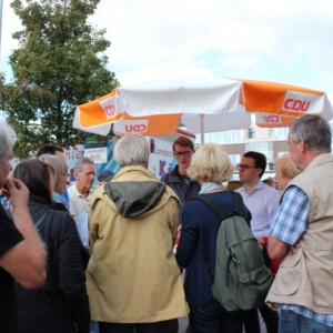 Zahlreiche Bürgerinnen und Bürger sind zum Poppenbüttler Markt gekommen und haben sich angeregt mit ihren Abgeordneten vor Ort unterhalten
